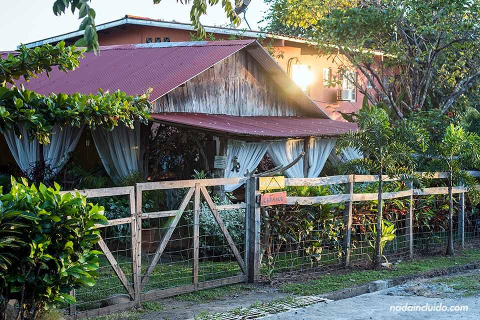 Restaurante junto al puerto de Boca Chica, lugar de salida de las barcas al parque nacional marino golfo de Chiriqui (Panamá)