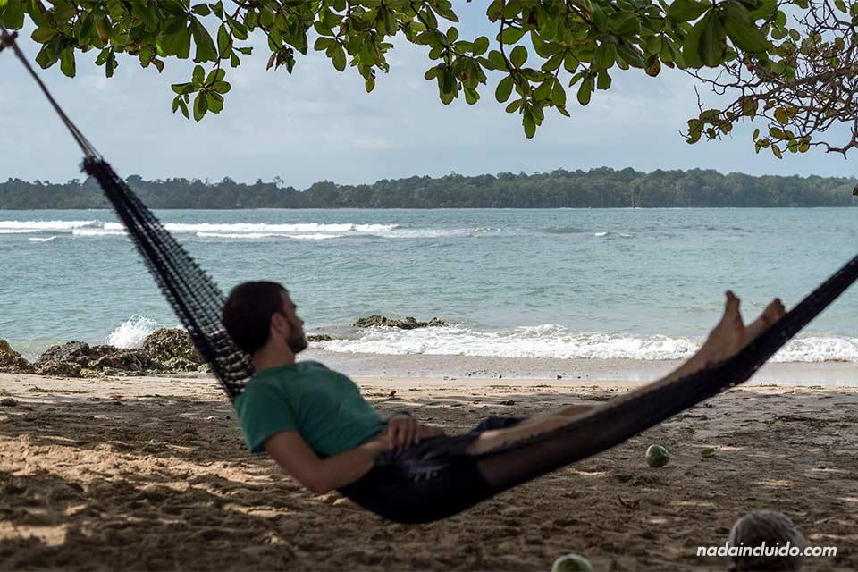 Tumbado en una hamaca en la playa de Boca del Drago, en el archipiélago de Bocas del Toro (Panamá)