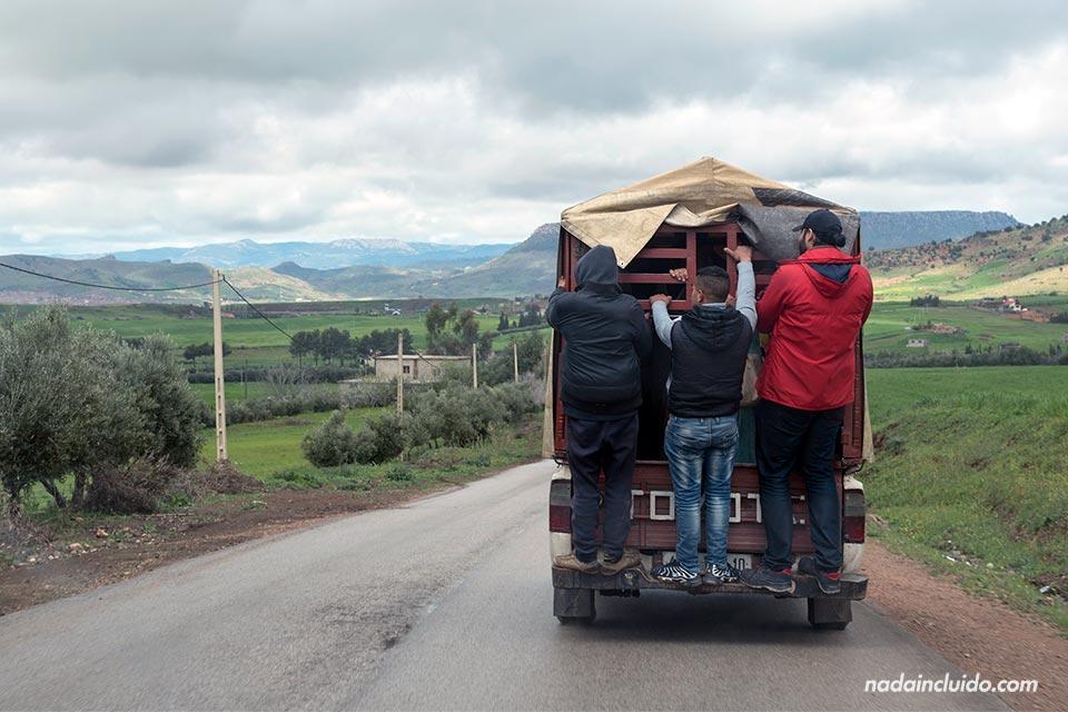 Agarrados a un coche en marcha en una carretera de Marruecos