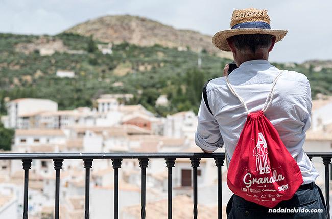 Bloguero en un mirador en Castril (Granada, Andalucía)