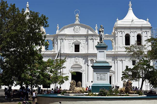 Estatua de Máximo Jérez en la plaza de la catedral de León (Nicaragua)