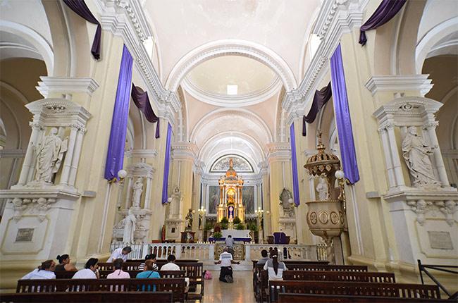 Altar en el interior de la catedral de León (Nicaragua)