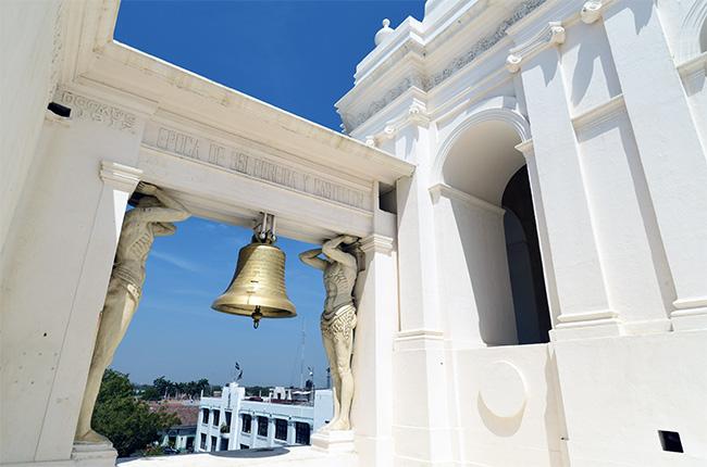 Campana en lo alto de la catedral de León (Nicaragua)