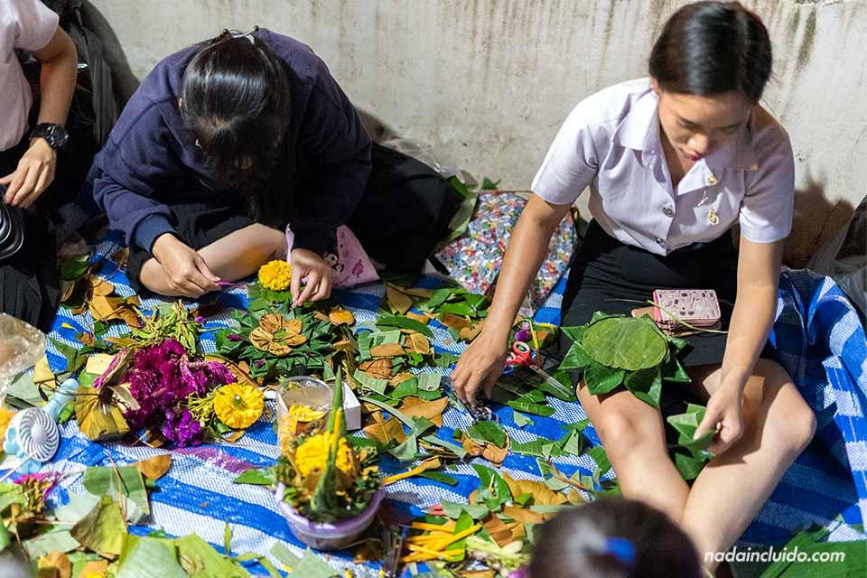 Tailandesas preparando Loy Krathongs durante el festival de Chiang Mai (Tailandia)