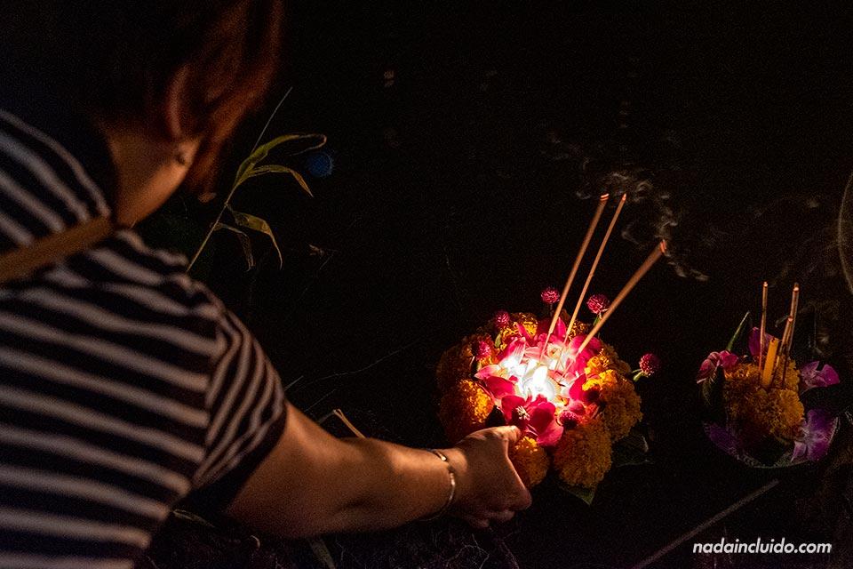 Lanzando un Loy Krathong al río de Chiang Mai (Tailandia)