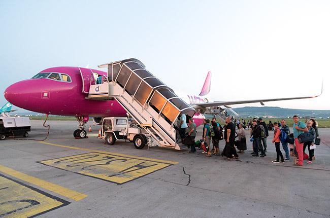 Avión de Wizzair en el aeropuerto de Cluj-Napoca (Rumanía)