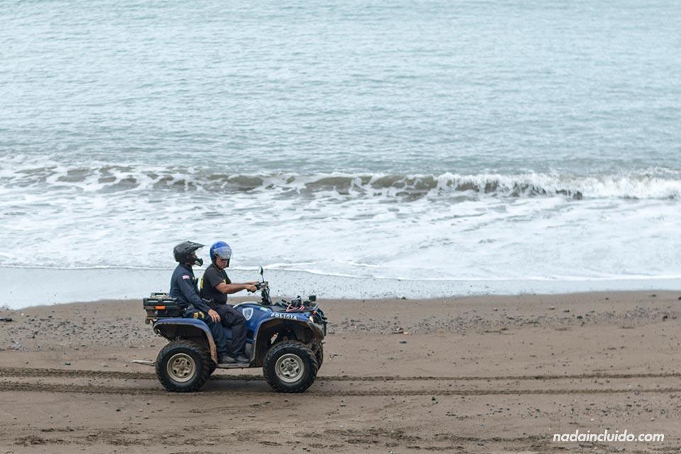 Policía recorre en quad la playa Colorada de Drake (Costa Rica)