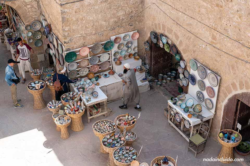 Puesto del mercado junto a la muralla de Essaouira (Marruecos)