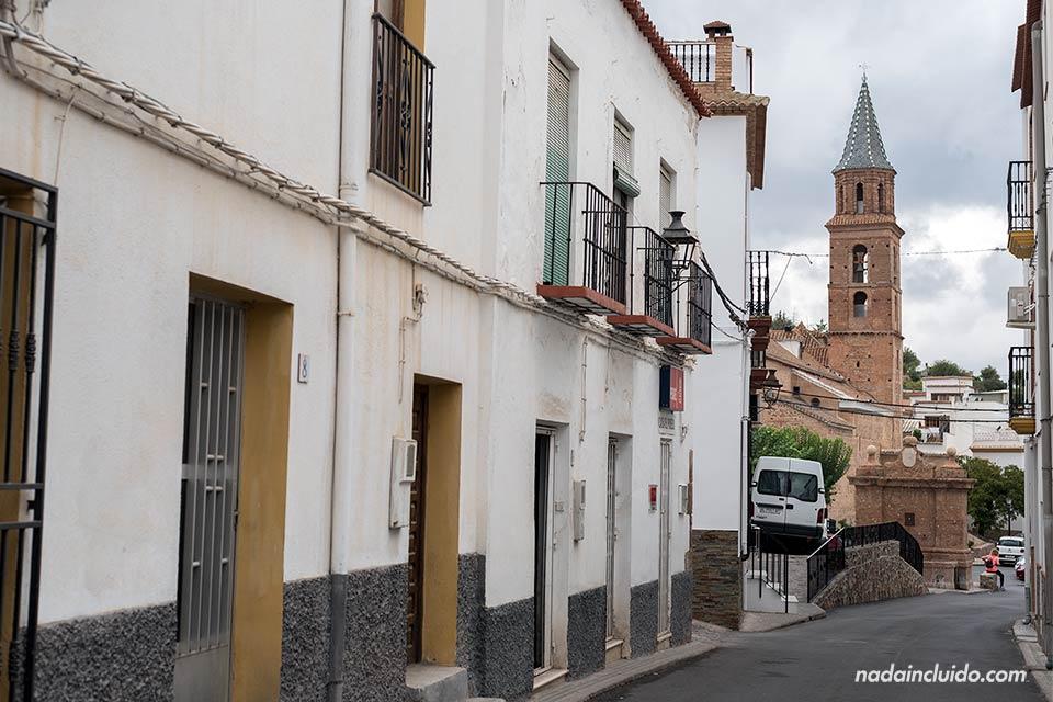 Vista de la torre de la iglesia en las calles de Fondón (Almería)