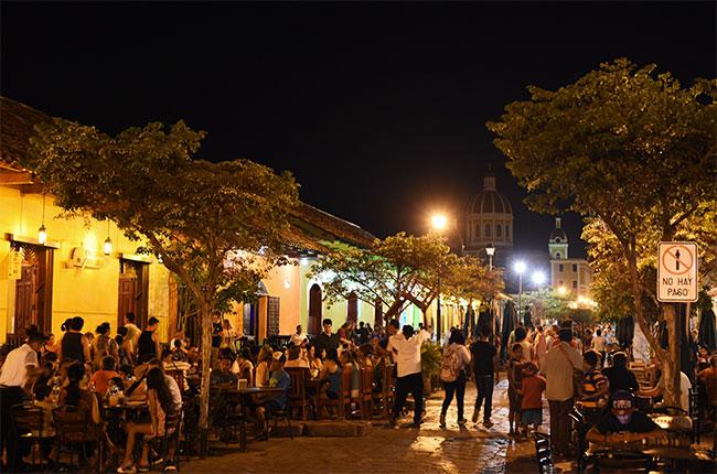 Calle de la Libertad de Granada de noche (Nicaragua)
