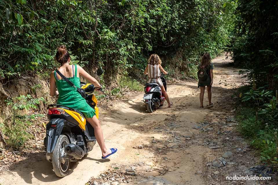 Carretera de acceso al Sangthian Beach Resort de Koh Samet (Tailandia)