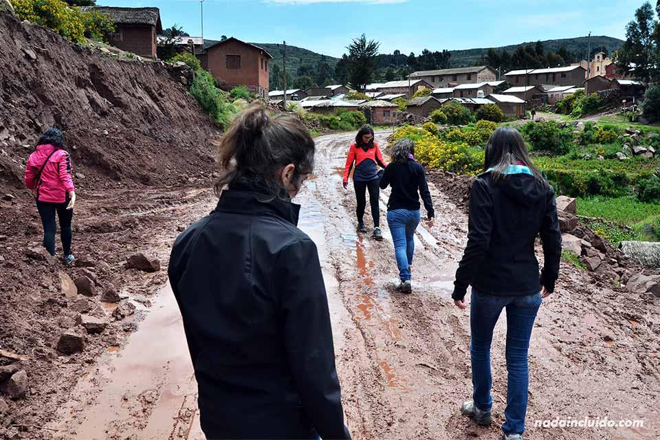 Paseando en los senderos embarrados junto a la aldea de Llachón (Lago Titicaca, Perú)