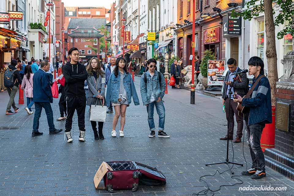 Artista callejero en Chinatown, en el Soho de Londres (Inglaterra)