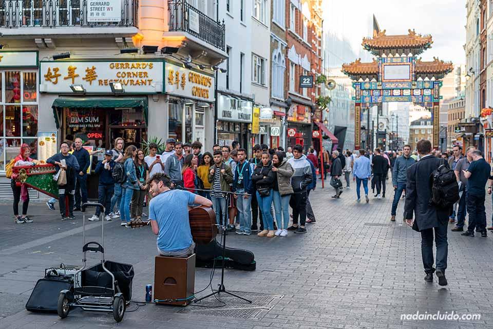 Artista en Chinatown, calle del barrio del Soho de Londres (Inglaterra)