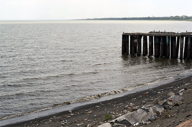 Basura en la orilla del Lago de Managua (Nicaragua)