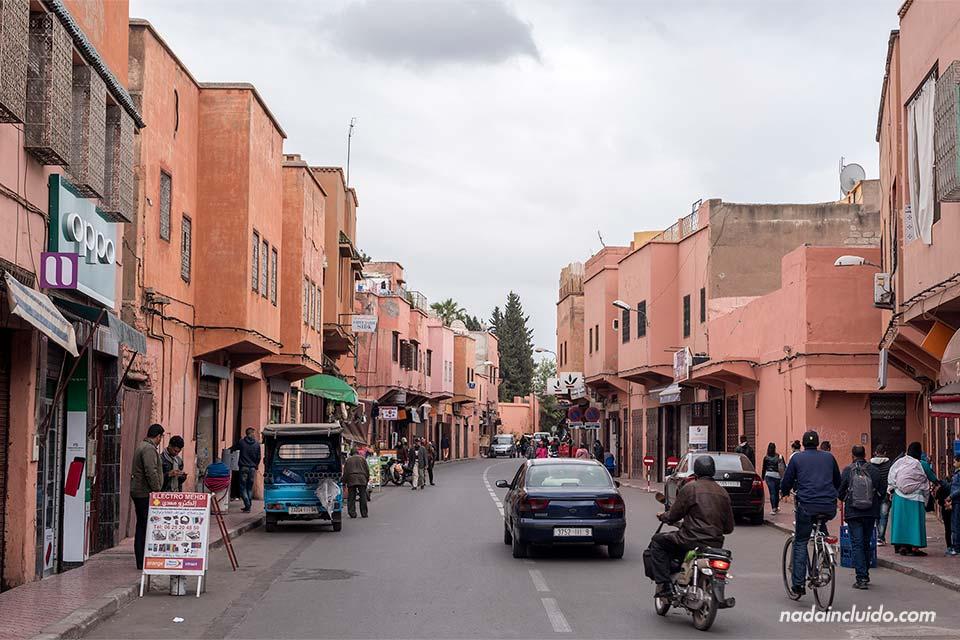 Calle junto a la medina de Marrakech (Marruecos)
