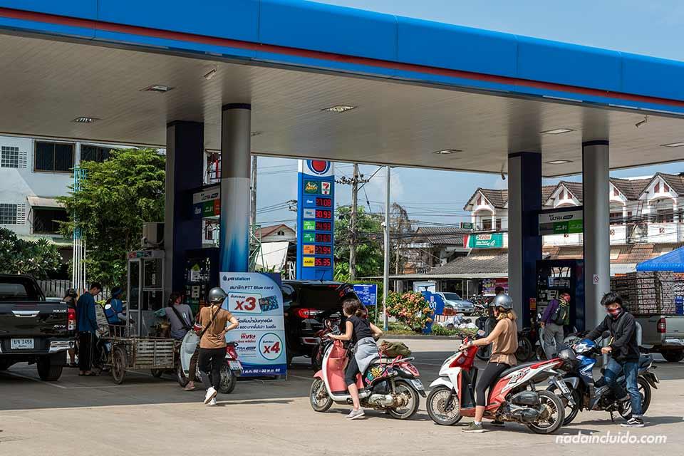 Motos repostando en una gasolinera a la salida de Pai (Tailandia)