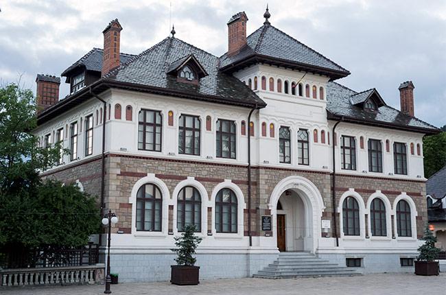 Museo de arte en el centro de Piatra Neamt (Rumanía)