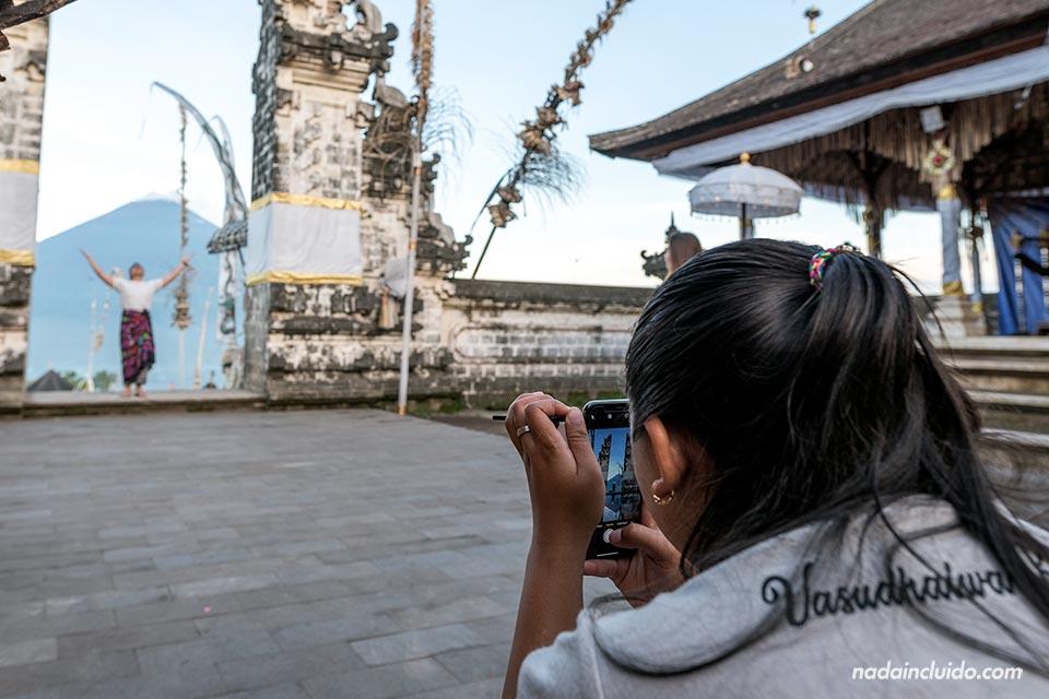 Truco fotográfico en la puerta del cielo del Pura Lempuyang (Bali, Indonesia)