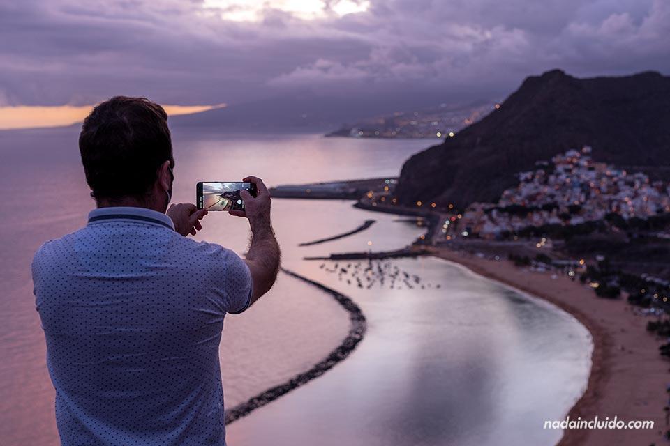 Un lugareño toma una foto durante el atardecer en el mirador de San Andrés (Tenerife)