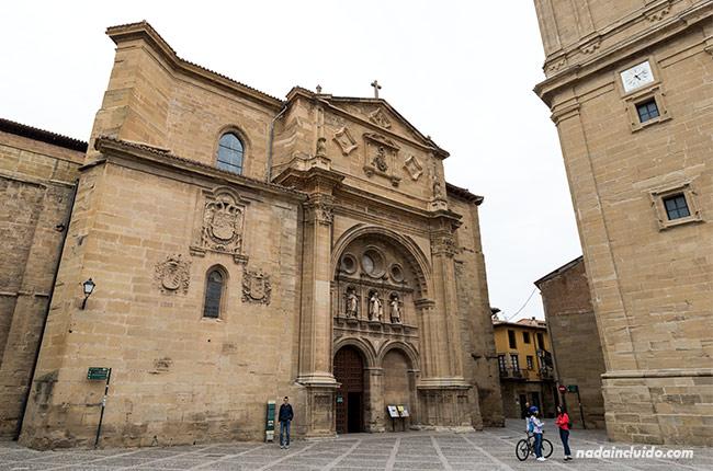 Fachada principal de la catedral de Santo Domingo de la Calzada (Rioja, España)