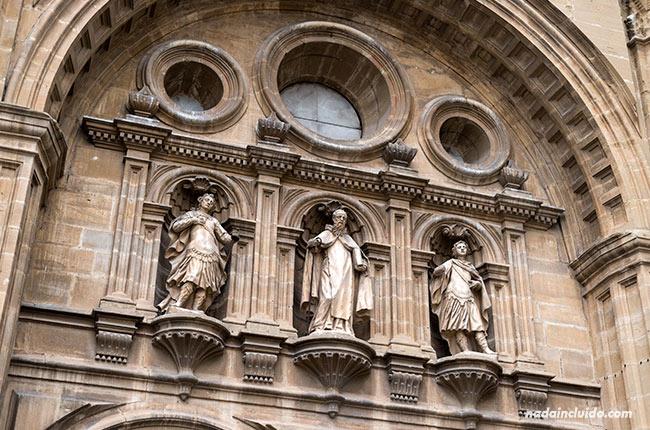 Estatuas en la puerta de la catedral de Santo Domingo de la Calzada (Rioja, España)