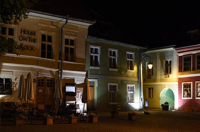 Iluminación nocturna de la Piata Cetatii, Sighisoara (Rumanía)