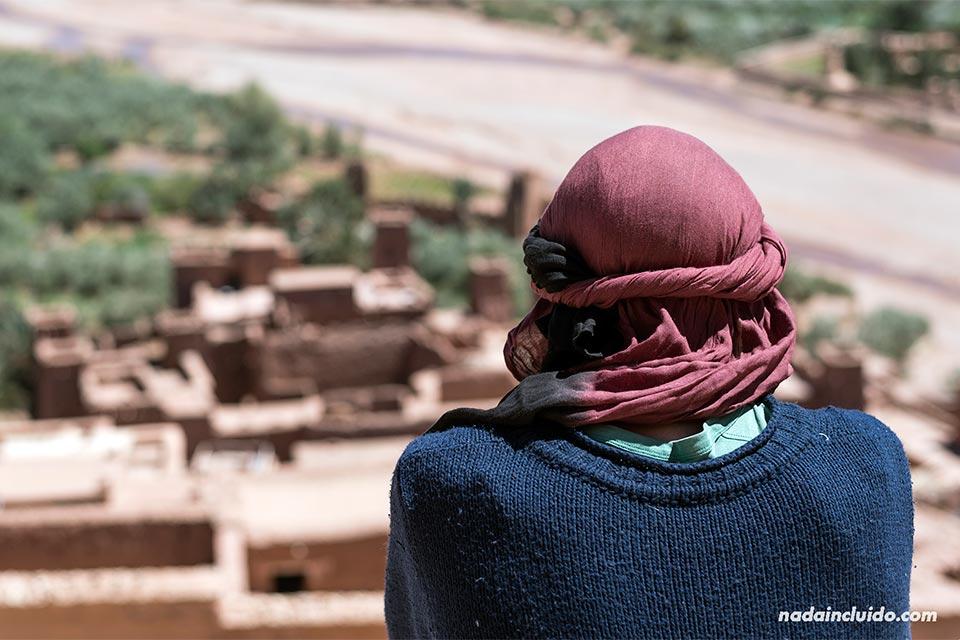 Contemplando el Kasbah de Ait Ben Haddou (Marruecos)