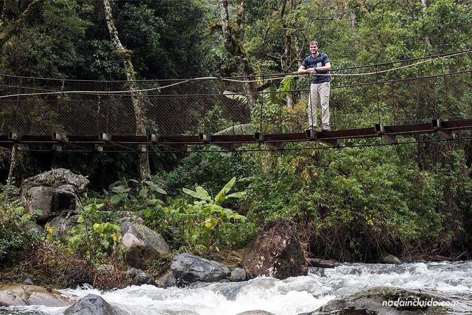En el puente sobre el Río Caldera, en Boquete (Panamá)