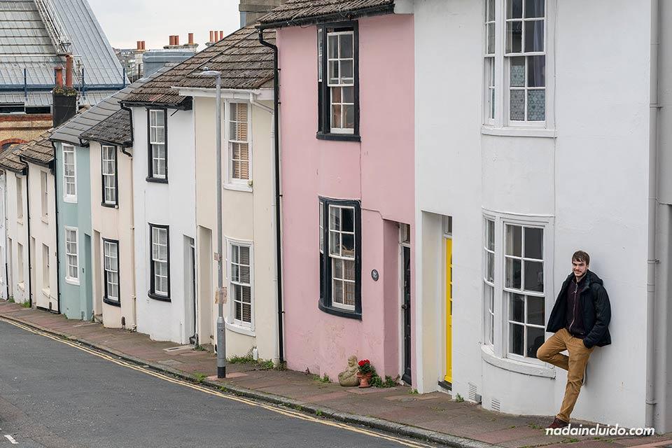 Calle residencial y colorida de Brighton (Inglaterra)