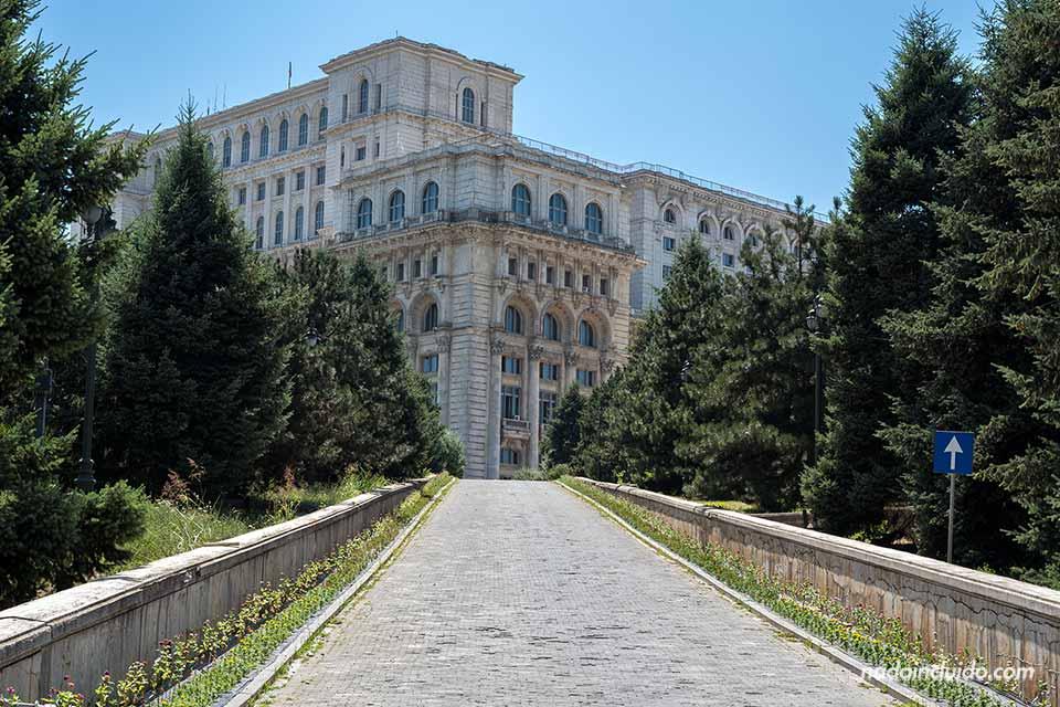 Cuesta de acceso al Palacio del Parlamento (Bucarest, Rumanía)