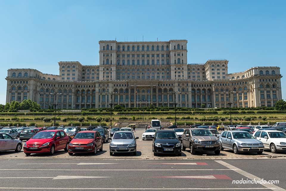 Fachada del Palacio del Parlamento (Bucarest, Rumanía)