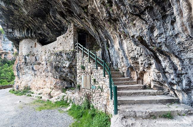 Entrada a la ermita de San Úrbez en el cañón de Añisclo (Sobrarbe, Aragón)