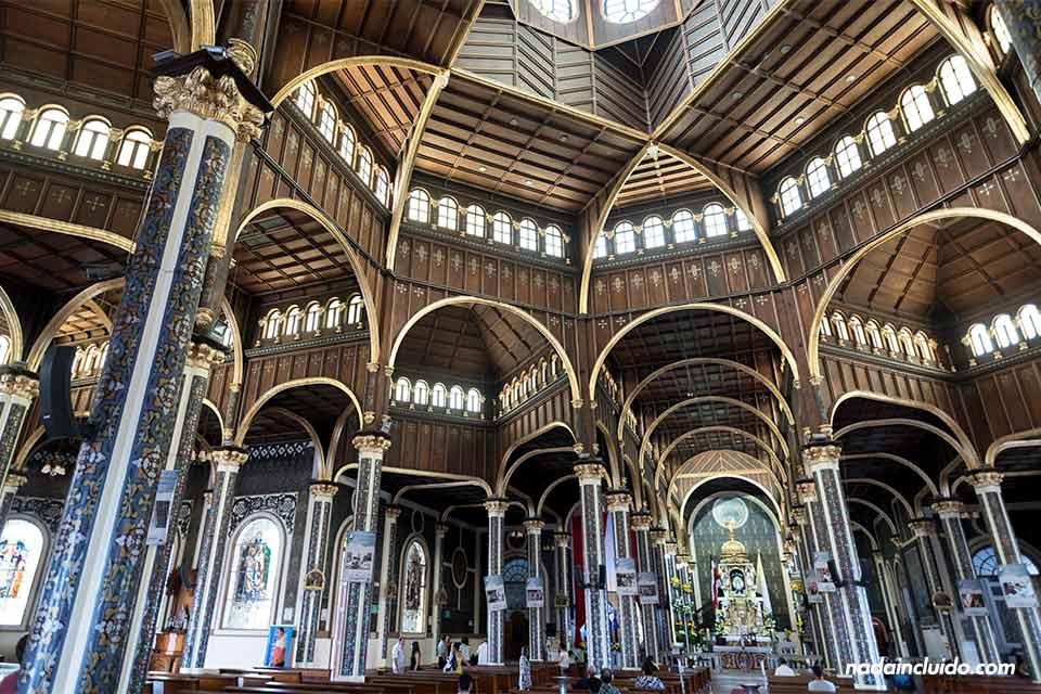 Interior de la Basílica Nuestra Señora de los Ángeles en Cartago (Costa Rica)
