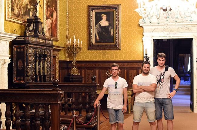En la Sala del espejo del Castillo de Peles (Rumanía)