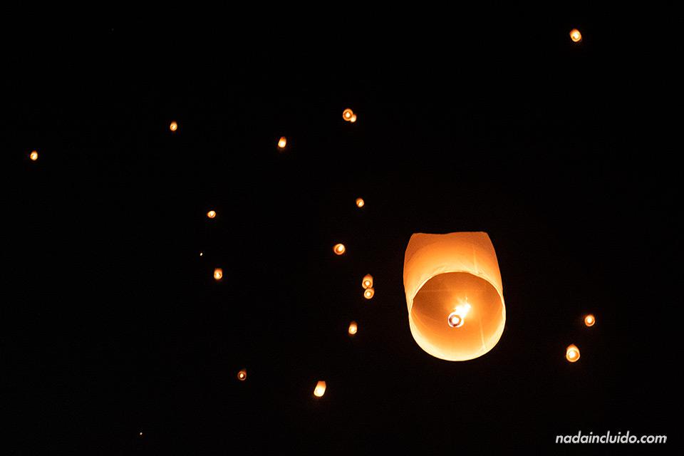 Yee Peng flotando en el cielo de Chiang Mai durante el festival (Tailandia)