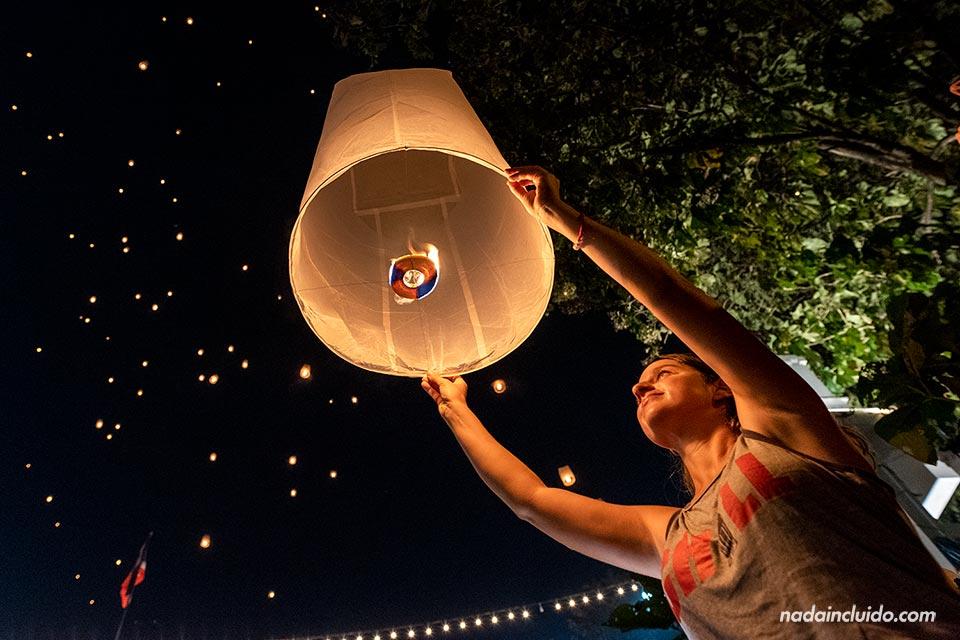 Turista lanzando un Yee Peng durante el festival de Chiang Mai (Tailandia)