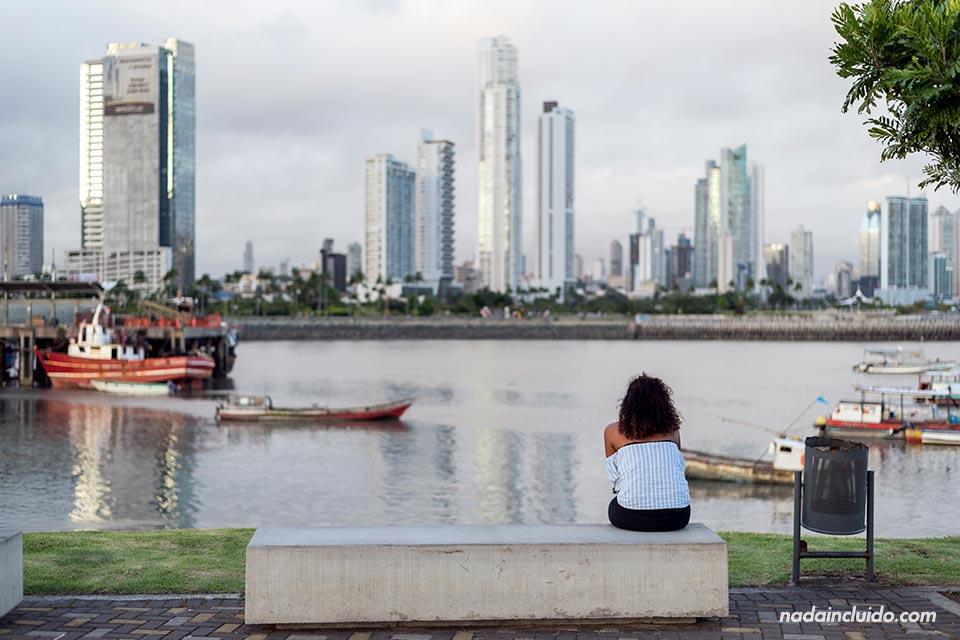 Una chica se siente a ver el atardecer en la Cinta Costera de ciudad de Panamá