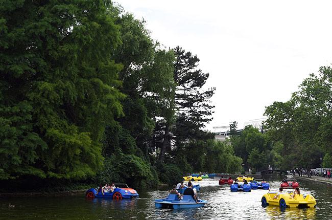 Barcas en el lago en el Parcul Central de Cluj-Napoca (Rumanía)