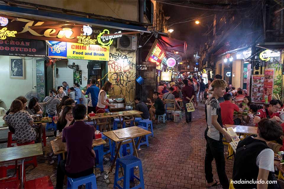 Comida callejera en el barrio antiguo de Hanoi (Vietnam)