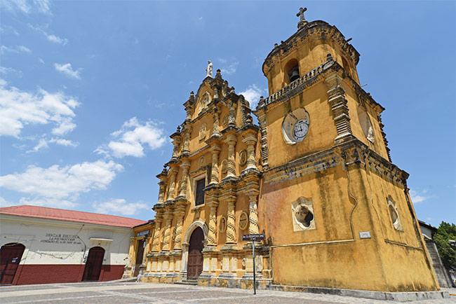 Fachada de la Iglesia de la Recolección, León (Nicaragua)