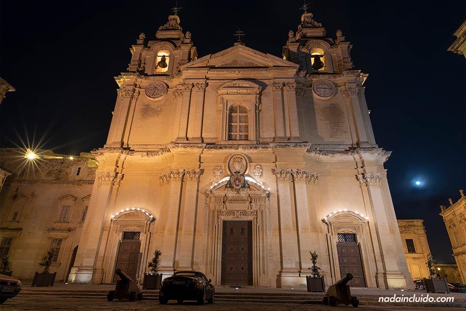 Iluminación nocturna de la catedral de Mdina (Malta)
