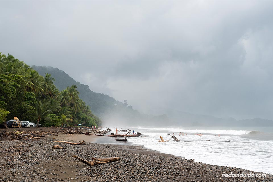 Playa Dominical en un día lluvioso (Costa Rica)