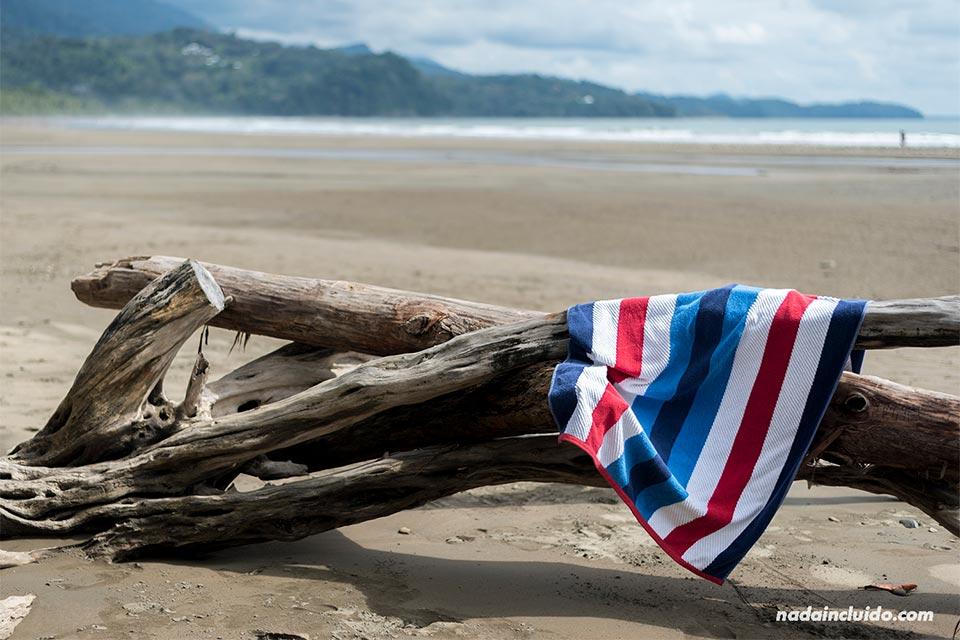 Toalla con los colores de la bandera de Costa Rica en playa Uvita