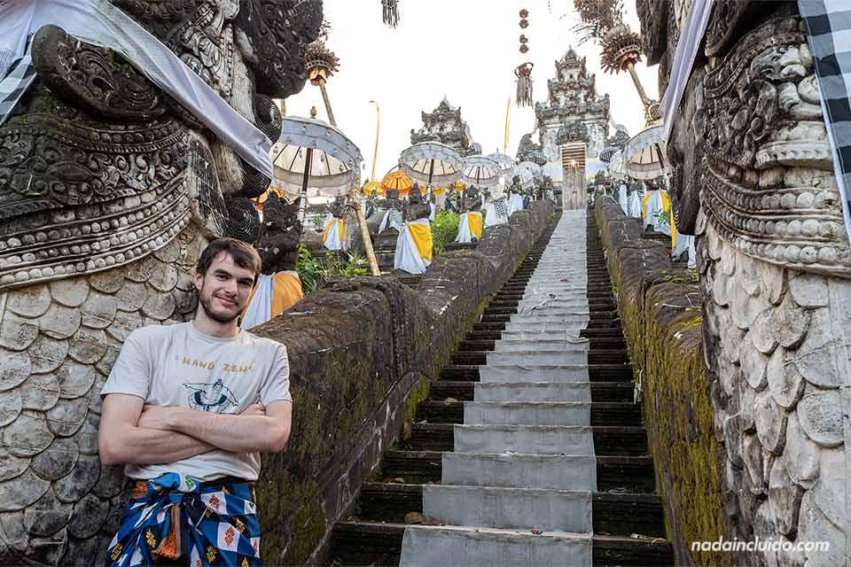 En unas escaleras del Pura Lempuyang (Bali, Indonesia)