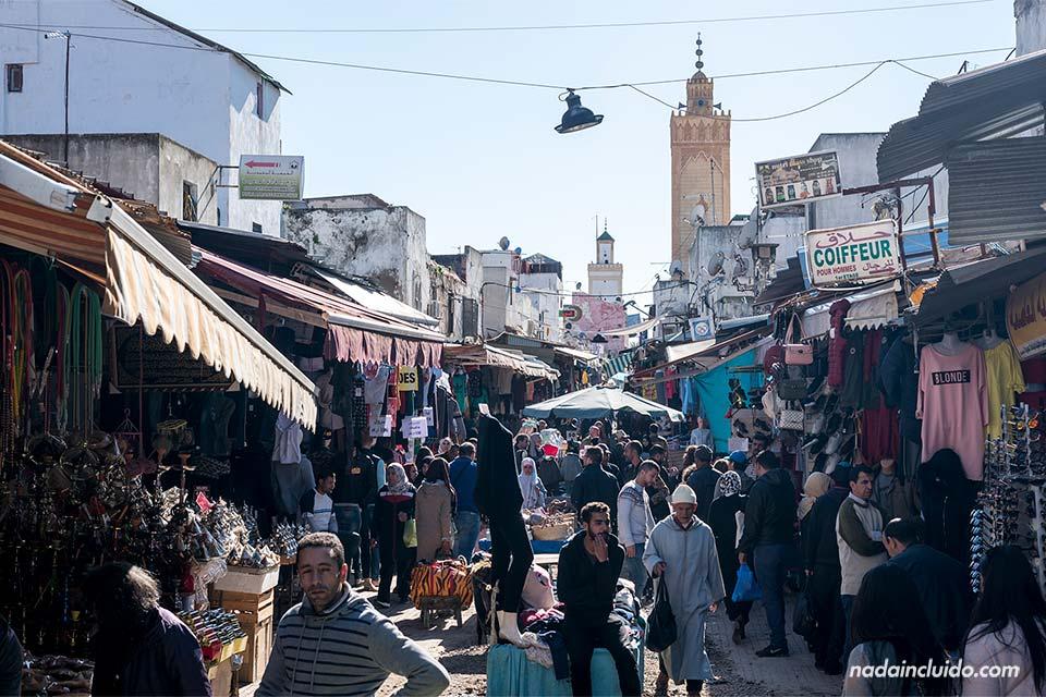 Zoco transitado en la medina de Rabat (Marruecos)