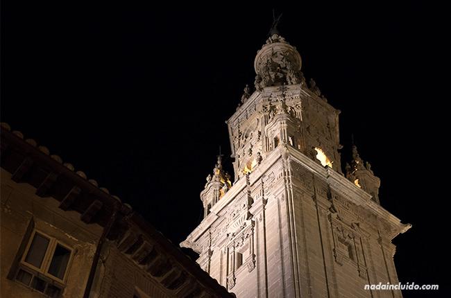 Torre de la catedral de Santo Domingo de la Calzada por la noche (Rioja, España)