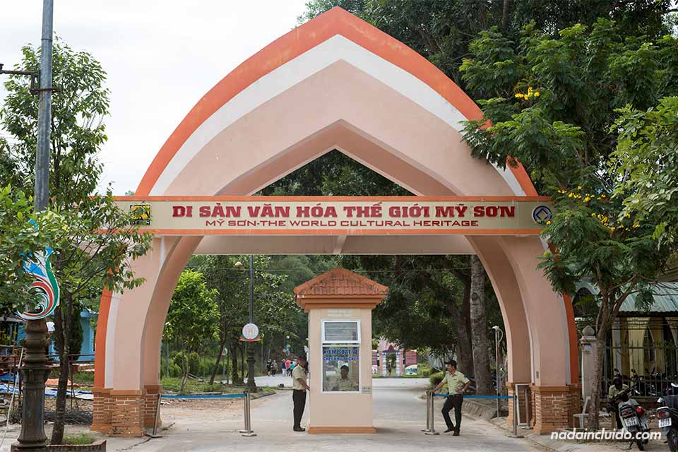 Entrada del Santuario My Son, en el centro de Vietnam