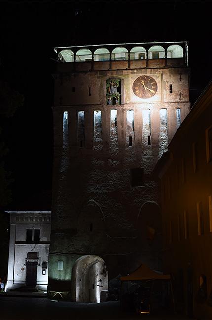 Iluminación nocturna de la Torre del reloj, Sighisoara (Rumanía)