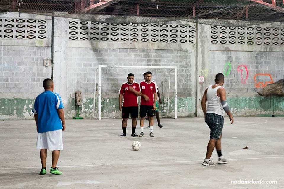 Partido de fútbol amistoso (mejenga) en Tortuguero (Costa Rica)